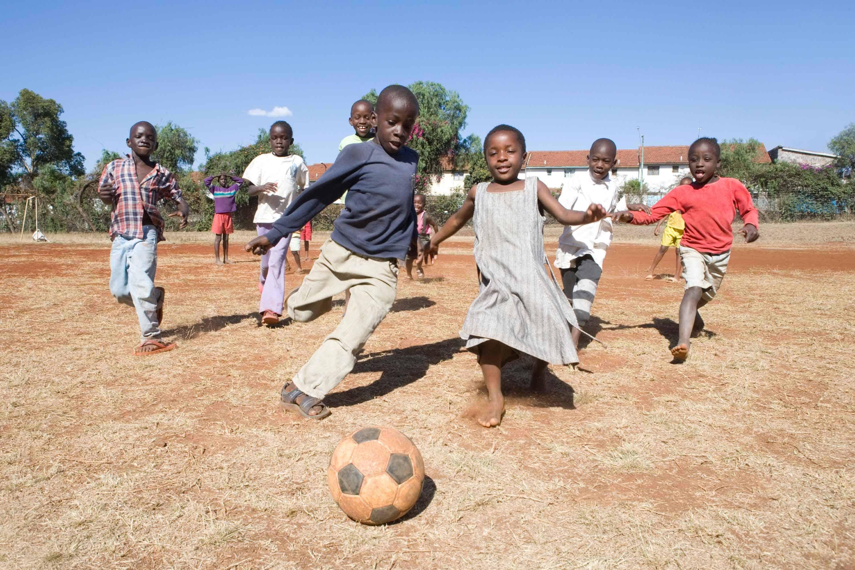 Kinder spielen in einem SOS-Kinderdorf in Nairobi in Kenia Fußball